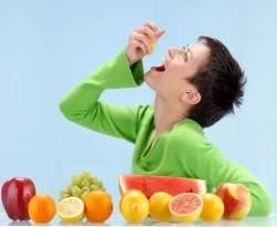 Gambar Orang Makan Buah - Cara Makan Buah yang Benar