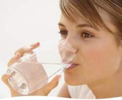 Gambar Orang Minum Air Putih Hangat - Manfaat Minum Air Putih Hangat