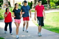 Gambar Orang Sedang Berjalan Kaki. Manfaat Jalan Kaki untuk Kesehatan Tubuh