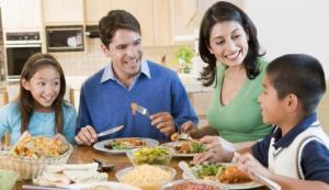 Keluarga Sedang Sarapan Pagi. Manfaat Sarapan Pagi untuk Tubuh