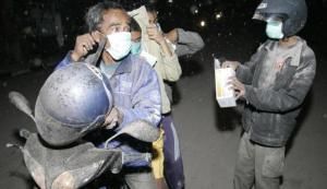 Gunakan Masker Saat Hujan Abu Setelah Erupsi Gunung Berapi