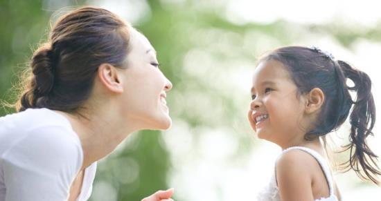 Gambar Orang Tua Mengajari Anak Bicara
