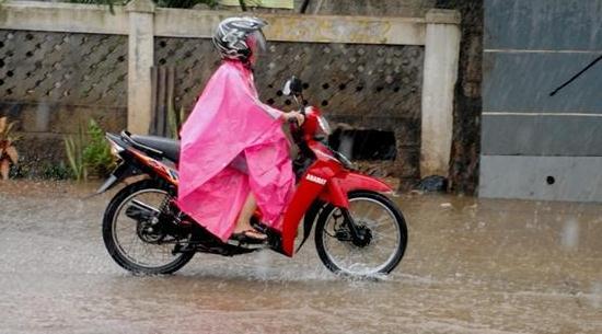 Gambar Orang Naik Sepeda Motor Saat Hujan