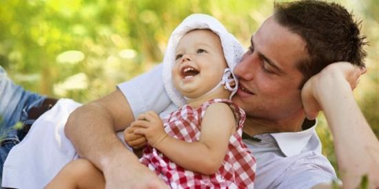 Gambar Ayah Mengajak Anak Balitanya Bermain
