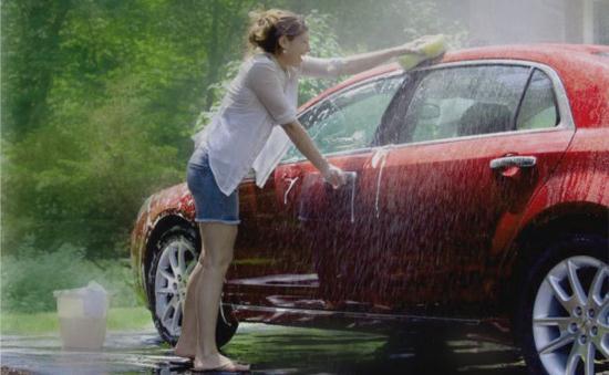 Gambar Cewek Cantik Mencuci Mobil Sendiri
