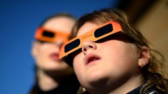 Gambar Orang yang Sedang melihat Gerhana Matahari Total