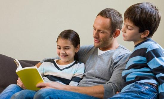Gambar Mengajari Anak Membaca