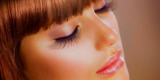 Gambar Wanita yang Memiliki Bulu Mata Panjang dan Lentik
