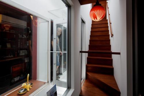 Dekorasi Tangga Rumah Tomoya dan Naomi Sato