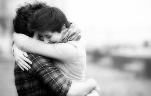 Gambar manfaat pelukan bisa membuat wanita merasa bahagia