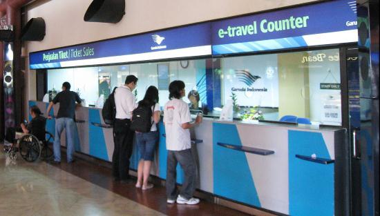 Gambar Orang Membeli Tiket Pesawat di Bandara