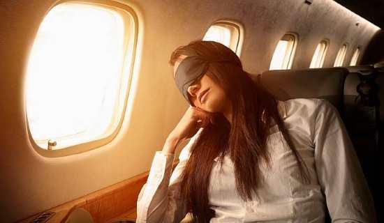 Gambar Orang yang Tidur di Pesawat dengan Nyaman
