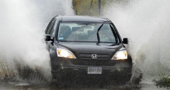 Gambar Naik Mobil Saat Hujan