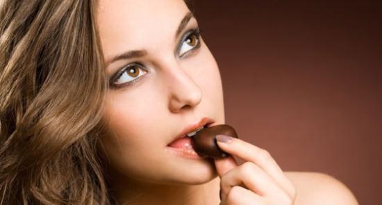 Gambar Seorang Wanita Sedang Makan Cokelat untuk Menurunkan Berat Badan