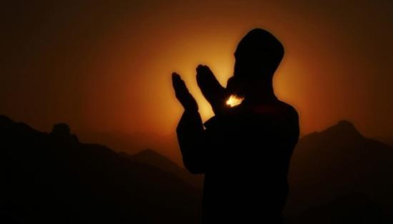 Gambar Orang yang Sedang Berdoa