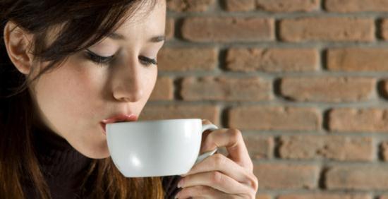 Gambar Wanita Minum Kopi