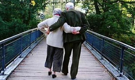 Gambar Pasangan yang Bergandengan Tangan