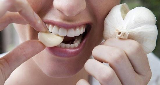 Gambar Makan Bawang Putih Mentah Berguna untuk Menurunkan Berat Badan